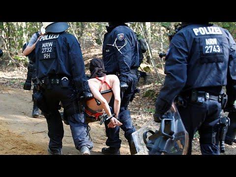 «Μάχη» ακτιβιστών και αστυνομίας για το δάσος Χάμπαχ