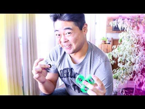 un japonés aprende a hacer trucos con fidget spinner
