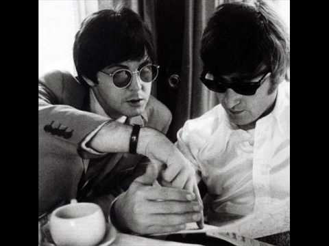 """Video - """"Είχαμε πολλές διαφωνίες, αλλά πιθανότατα θα γέλαγες αν ήσουν εδώ σήμερα"""". Ο Paul McCartney ανεβάζει στο διαδίκτυο ένα βίντεο ως φόρο τιμής για τον John Lennon. Αν ζούσε θα γιόρταζε τα 75α γενέθλιά του"""