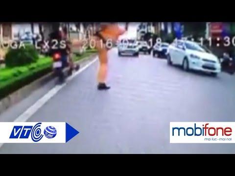 CSGT tung chân bắt khiến người vi phạm té ngã