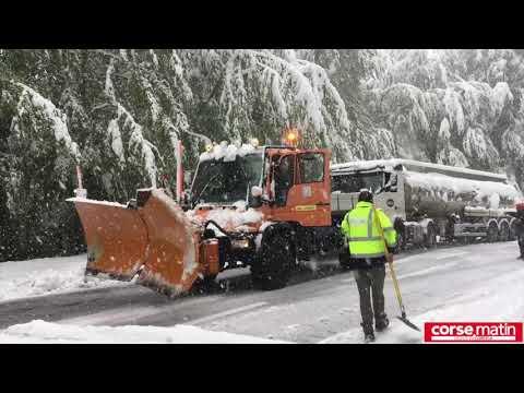 VIDÉO. Neige en Corse : des poids lourds tractés pour débloquer le col de Vizzavona