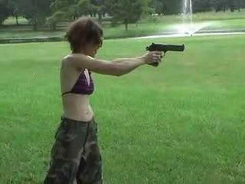 Nunca le des un arma a una mujer