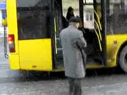 「ロシア流、自分の好きな場所でバスの停留所を作る方法。」のイメージ
