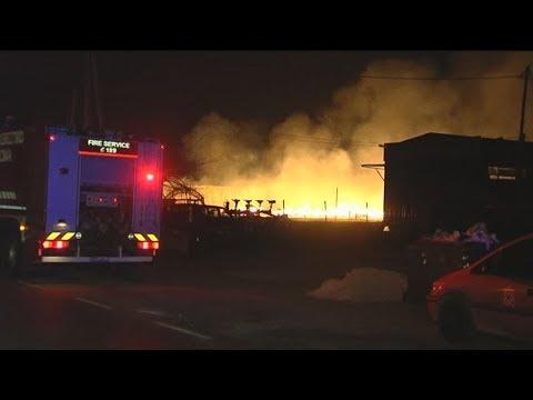 Μεγάλη πυρκαγιά σε εργοστάσιο ξυλείας στο ύψος του Πλατυκάμπου Λάρισας