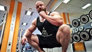 """Diese Fehler kosten dich den Erfolg bei den Kniebeugen! Vermeide umbedingt diese 5 Fehler! Mehr Videos zum Thema Bodybuilding, Fitness & Kraftsport findet Ihr in meinem Kanal - Abo ►►► http://goo.gl/IuqdXFMein Water Whey Protein ►►► http://amzn.to/2iRV11Z ✔Mein Shake nach dem Training ►►► http://amzn.to/2jGiZku ✔Mein Omega3 Fischöl ►►► http://amzn.to/2jTItZs ✔Meine Funktions Hosen ►►► http://amzn.to/2k7WGBp ✔5 HTP ►►► http://amzn.to/2lPthxH ✔Vitamin D ►►► http://amzn.to/2lPpwIp ✔Magnesium Spezial ►►► http://amzn.to/2s12rsz ✔ Protein Riegel ►►► http://amzn.to/2r8jiK0 ✔Mein Puls und HRV-Messgerät für bessere Leistung (""""Bio-Hacking"""")►►► http://goo.gl/MqVeYbMein Video-Equipment:Premium Cam für beste Bilder ►►► http://amzn.to/2rnY9e2 ✔Vlogging Cam ►►► http://amzn.to/2qEwrbO✔Profi Microfon ►►► http://amzn.to/2r2ocYt ✔Personaltraining & Business ►►► http://goo.gl/I20D7B Meine T-Shirts ►►► http://goo.gl/2vgWzI Facebook ►►► http://goo.gl/y9sWriInstagram ►►► http://goo.gl/Mc5glD Meine Nahrungsergänzungen & Supps ►►► http://goo.gl/mKf5UuMeine ONLINE Tests ►►►https://www.cerascreen.de(10 % Rabatt mit CODE - JL10)   Meine Superfoods hier ►►► http://goo.gl/oJlvP3(5% Rabatt bei Koro mit Rabatt Code = johannes) Meine Lebensmittel von Fittaste ►►► http://goo.gl/VR8zLS(10% Rabatt mit Rabatt Code = johannes10)Musik im Video:➤ Youtube https://goo.gl/8Ra2OM➤ Spotify http://goo.gl/P5qYf5➤ Amazon http://amzn.to/2iIQ7sT ✔➤ iTunes http://goo.gl/Xoj2sk► Amazon Affiliate Links: Mit """"✔"""" markierte Links sind sogenannte Affiliate-Links. Durch einen Einkauf über diese Links werde ich mit einer Provision beteiligt. Für Euch entstehen dabei selbstverständlich keine Mehrkosten! Danke für Eure Unterstützung!"""