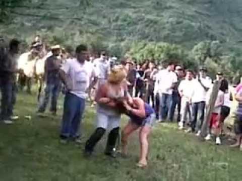 Dos chicas en una pelea callejera