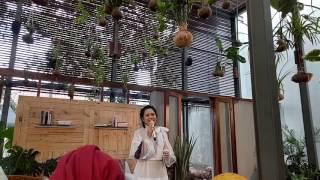 "JAKARTA, KOMPAS.com - Penyanyi jazz Andien Aisyah menggelar talkshow seputar persalinan bertajuk Belahan Jantungku Vol. 1 di kawasan Kemang, Jakarta Selatan Kamis (20/4/2017).Ide awal dari diadakannya talkshow ini bermula dari sebuah lagu yang diciptakan oleh penyanyi Tulus, dari curhatan Andien saat mengandung anak pertamanya, Anaku Askara Biru.Pengalaman Andien menjadi seorang ibu membawa ""Belahan Jantungku"" seakan menjadi lagu wajib bagi para calon ibu dalam menghadapi proses kelahiran.""Saya sama suami saya mikir, gimana caranya belahan jantungku ini bisa bermanfaat untuk orang banyak. Gimana kalo kita membuat talkshow berseries ,"" kata Andien saat membuka acara talkhsow.Kompas.com / Ira Gita Natalia Sembiring"