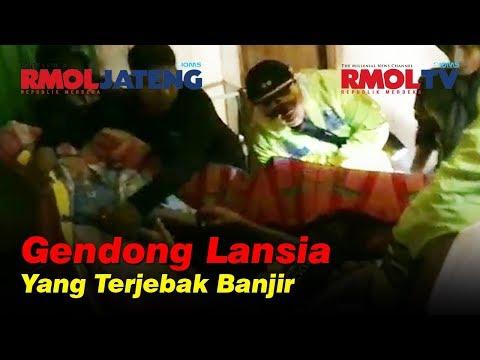 Detik detik Kapolres Gendong Lansia Yang Terjebak Banjir Grobogan