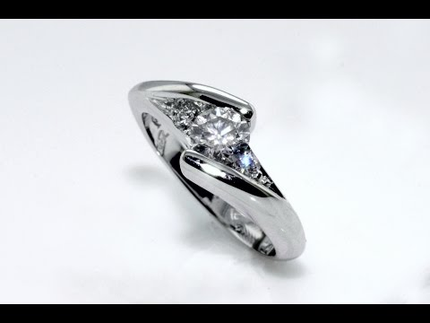 Handmade 18 kt white gold solitaire diamond ring with side diamonds