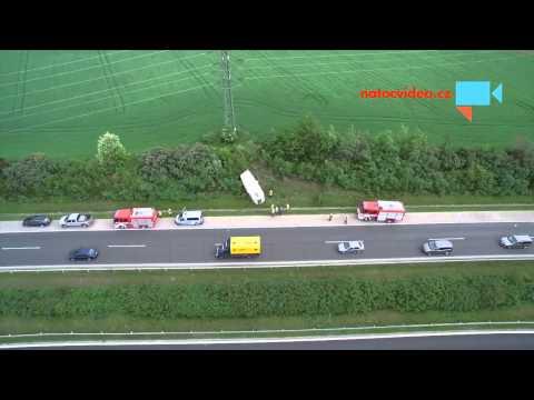 Nehoda na D11 - převrácený obytný přívěs ve škarpě