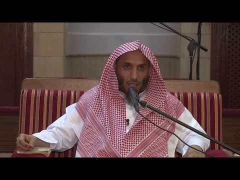 اذا انتهى المأموم من التشهد الأول ولم ينهض الإمام هل يسكت المأموم أم يدعو أم يصلي على النبي ص ؟
