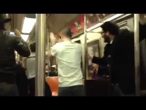 紐約地鐵裡,薩克斯風的戰鬥!乘客都看到忘記下車了!