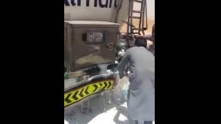عمالة تتسابق على تعبئة حليب من سيارة المراعي بعد حادث مروري