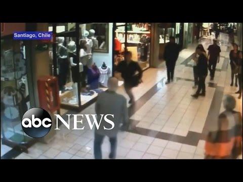 CCTV拍到一名搶匪已經準備成功搞定,卻沒想到就在這個時候一位老伯伯使出生平絕技…