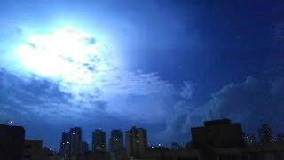 Imagens da tempestade que se aproximava da cidade de Santos nesta madrugada do dia 01 de Abril. Incidência de raios impressiona.Imagens incríveis!