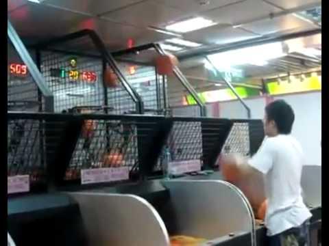 Video que muestra a un hombre encestando a canasta a toda velocidad