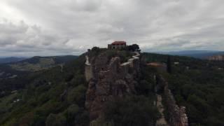 Ballade au Château d'Evenos sur les hauteurs des Gorges d'OLLIOULES.Beaucoup trop de vent pour réaliser un vol sur tout le site (rafale de vent 60 a 90 Kms/h) mais le drone Bebop 2 a une étonnante stabilité.http://badmaxteam83.chez.com