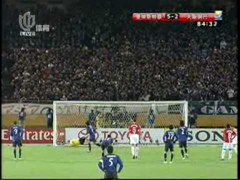 Yasuhito Endô vs Edwin van der Sar, con un tiro suave y bien colocado dejo al arquero holandés en ridículo