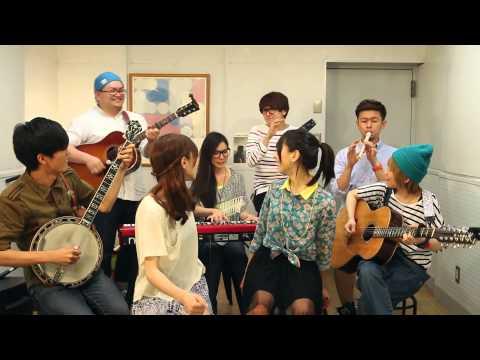 Japanilaiset laulaa Country Roads-kappaleen omalla kielellään