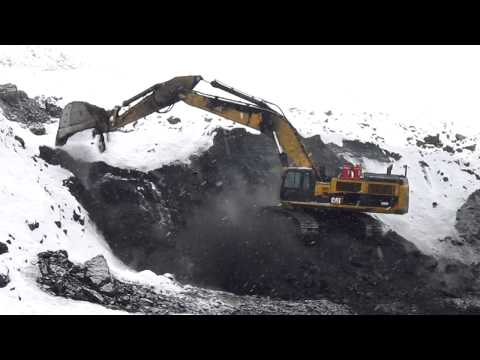 390D L pulling coal for the shovel
