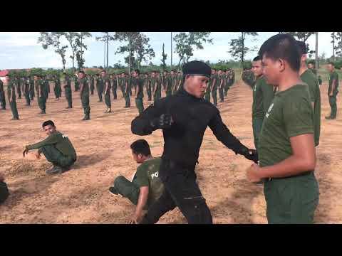 Trening azjatyckich policjantów – nie ma zmiłuj każdy dostaje kopa