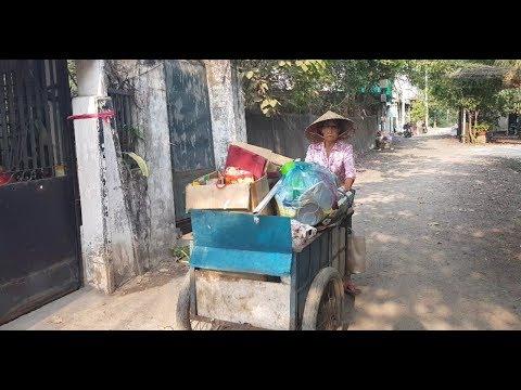 Vừa mổ mắt cụ bà bị con bỏ rơi đã đẩy xe đi nhặt ve chai - Thời lượng: 13 phút.