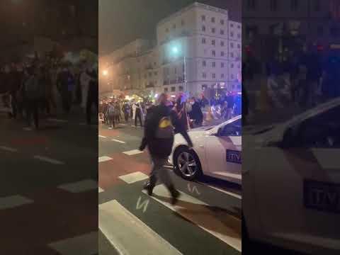 Ten samochód TVPiS wjechał pod prąd i próbował przejechać młodych ludzi na pasach!