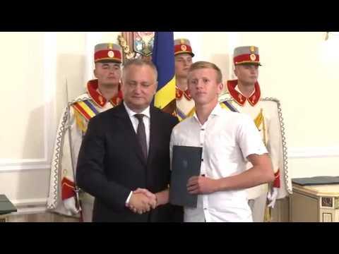 """Igor Dodon a înmînat """"Diploma de Onoare"""" a Președintelui Republicii Moldova la 100 de absolvenți"""
