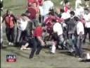 IT FIGHTS IN STADIUM OF FOOTBALL Briga em estadio de futebol depois de invasão de torcedor pego por seguranças.