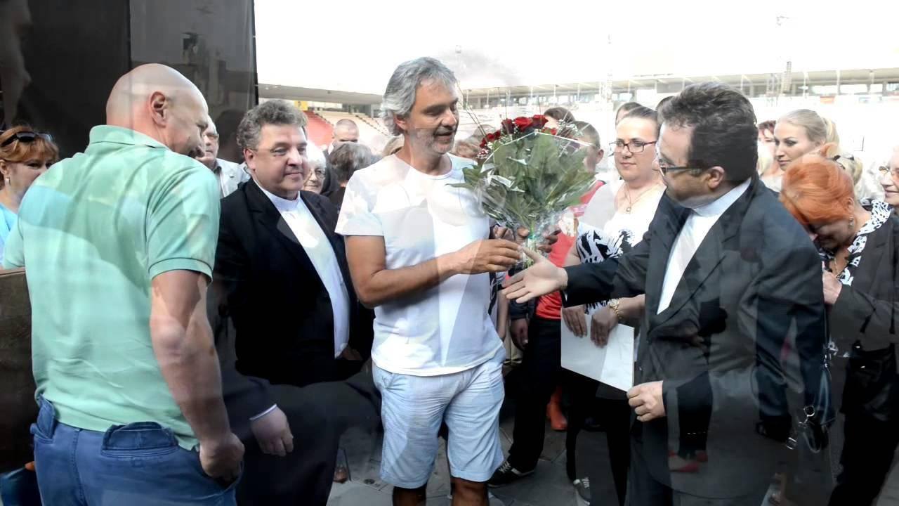 Włoski tenor Andrea Bocelli gościł przed koncertem grupę z Miechowa – zapraszamy do oglądania filmu