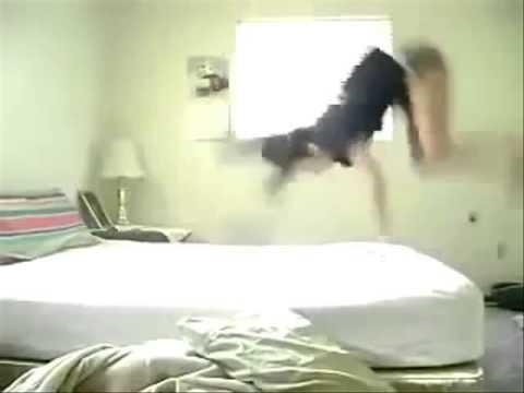 super caduta dal letto con sorpresa finale