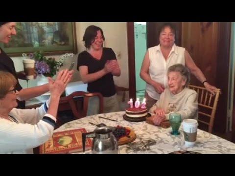 當這個老婆婆慶祝102歲生日,吹蠟燭的那一刻令她在網路瞬間爆紅!