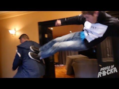 ROOMMATE FIST FIGHT (видео)