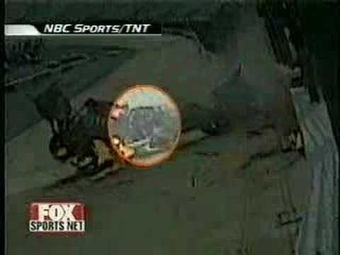 「[クラッシュ]モーターレースで起きた2連続コンボを運良く生還したレーサー。」のイメージ