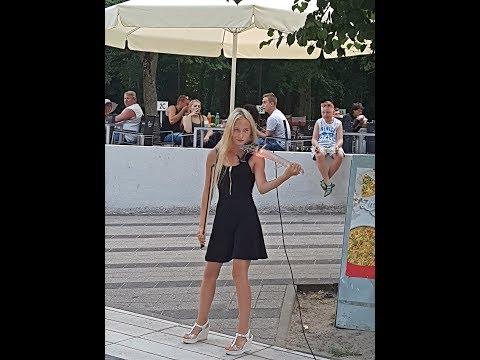Śliczna blondynka gra na skrzypcach w Kołobrzegu – mega talent