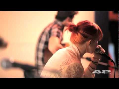 Tekst piosenki Paramore - Feeling Sorry po polsku
