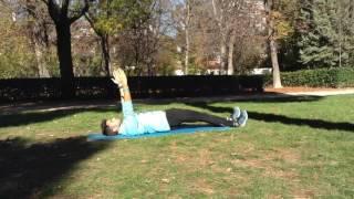 Elevación de caderas con piernas extendidas y extensión de brazos