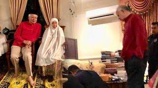 Video FB pic shows Najib with mum amid police search MP3, 3GP, MP4, WEBM, AVI, FLV Mei 2018