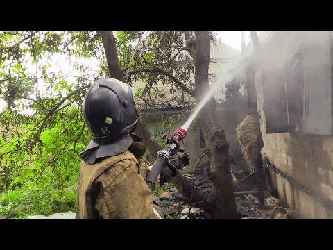 Украинский артобстрел поселка Донецк-Северный сжег дом дотла