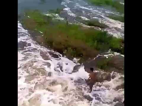 Pulando da ponte em Miraíma