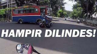 Video ROADRAGE - Langgar Lampu Merah Metro Mini Tabrak Pemotor! MP3, 3GP, MP4, WEBM, AVI, FLV Mei 2018