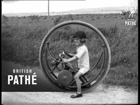 Lapsi ajaa erikoisella mopolla vuonna 1927