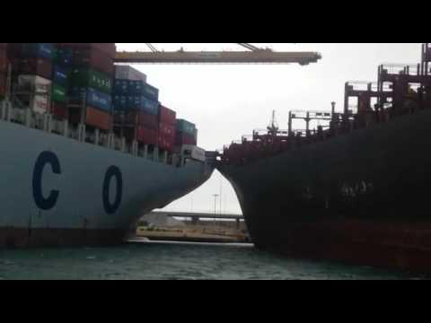 Четыре буксира предотвратили навал контейнеровозов