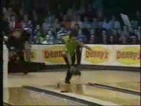 金城武的黃金保齡球怎麼會丟一丟人跟著甩出去了呢?