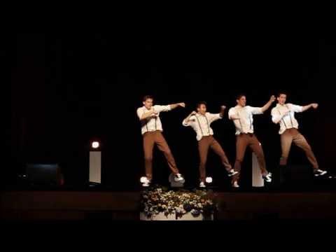 4 chłopców tańczy do piosenki z lat 60-tych. Nagle muzyka się zmienia i wszystkim opadają szczęki.