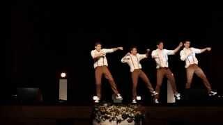 4 gości tańczy do piosenki z lat 60-tych. Nagle muzyka się zmienia i wszystkim opadają szczęki