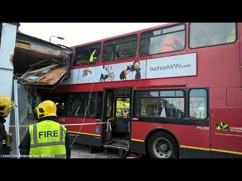 Λεωφορείο έπεσε σε βιτρίνα καταστήματος στο Λονδίνο