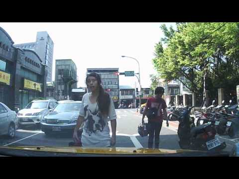 轉彎機車不讓直行車先走,下車女生兇巴巴檔路中央!