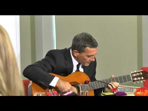 Антонио бандерас играет на гитаре