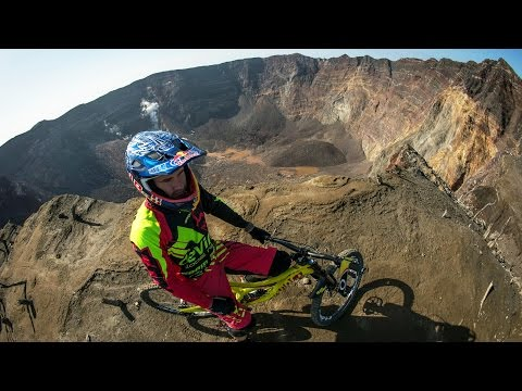 Mountain Biker Stevie Smith Charges Down a Volcano | Ring of Fire (видео)